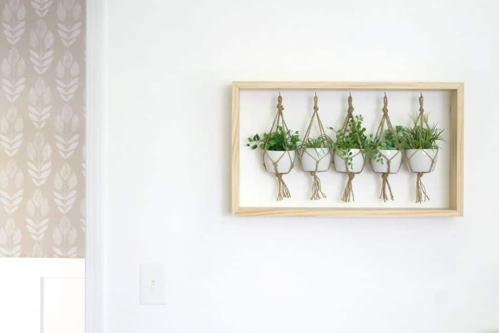 Easy to make wall decor, put this plant hanger together in just a few hours. Full tutorial included #planthanger