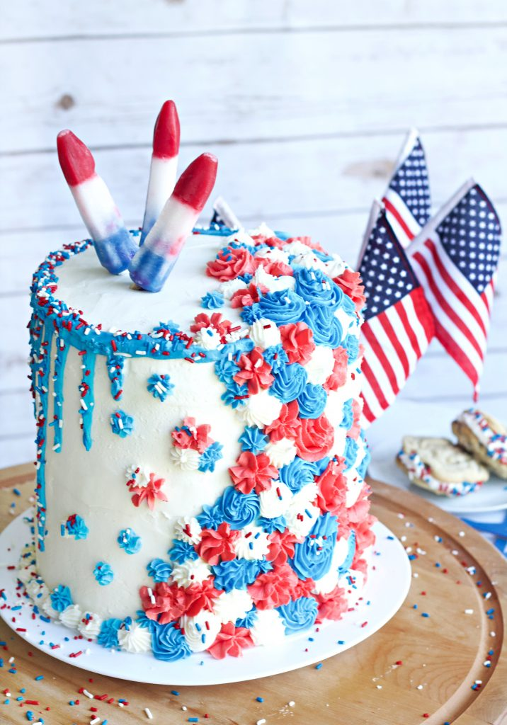 4th of July easy to decorate cake. Make this festive cake with just a few different star tips and some swirls of the wrist! #4thofjulydessert #cakedecor