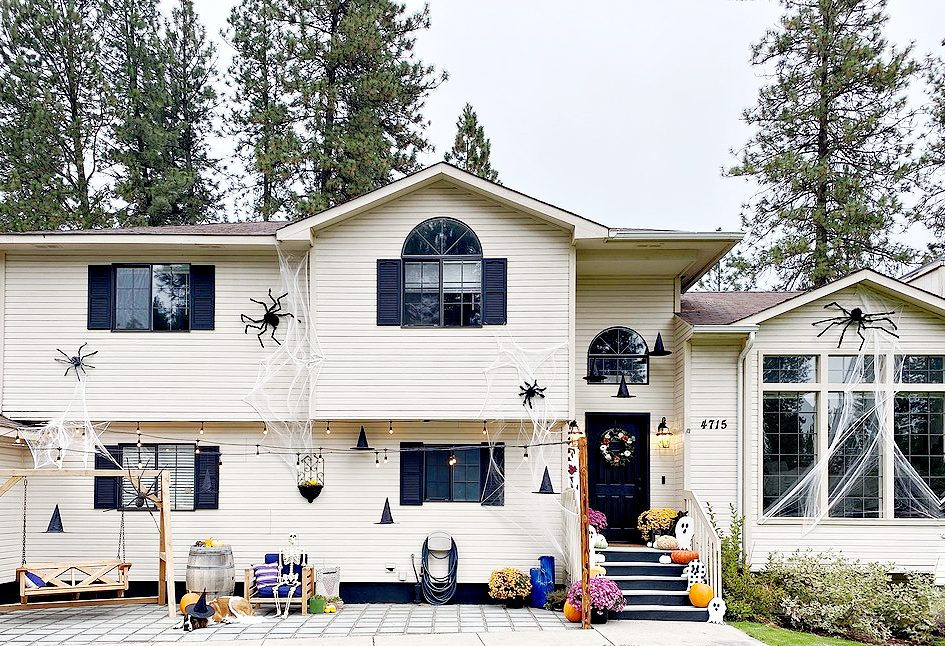 Spiders On House: How to Attach Spiders for your Outside Halloween Decorating