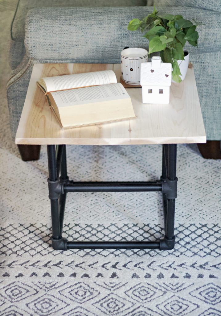 This Industrial Pipe End Table kit is easy to assemble and in no time you'll have a beautiful new statement piece of furniture.